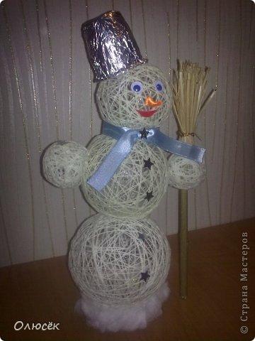 Знакомьтесь! Это наша новогодняя поделка в садик - снеговичок Вася! Доченька почему-то захотела именно так назвать :)  фото 1