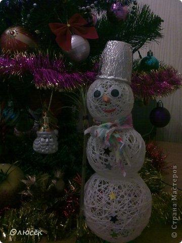 Знакомьтесь! Это наша новогодняя поделка в садик - снеговичок Вася! Доченька почему-то захотела именно так назвать :)  фото 2