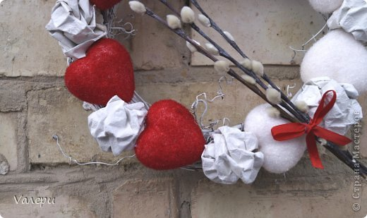 Дорогие мастерицы! Хочу поделиться с вами работой к Валентинову Дню. Обычно праздник День Святого Валентина в своем творчестве я пропускаю, занимаюсь подготовкой к пасхальным праздникам. А в этом году с дочерью решили сделать немного работ. Этот простенький веночек - первая работа ко Дню влюбленных. Основа из виноградных веток, окрашена интерьерной краской, сердечки из пенопласта с бархатистой поверхностью, а между ними - комочки из текстурной бумаги. Дополнена композиция веточкой из вербы. Диаметр венка ок. 25 см фото 2