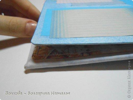 """Когда под рукой нет подходящей бумаги для скрапбукинга и круглого дырокола, можно при помощи небольшого арсенала материалов всё же смастерить нужные листы для альбома или блокнота. Для этого нам понадобится: 1. Акварельные листы 2. Цветные карандаши 3. Канцелярский нож 4. Ножницы 5. Клей """"Титан"""" (прозрачный, используется в ремонте для приклеивания потолочной плитки). фото 9"""