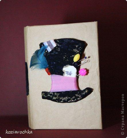 """Работы моей дочки. Один из самых примечательных блокнотов. Этот родился после просмотра """"Алисы в страни чудес"""" с Джонни Деппом в роли шляпника. фото 2"""