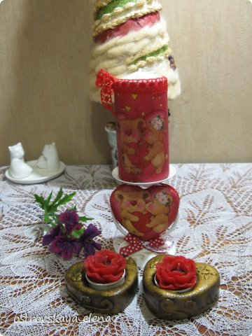 """Со СТАРЫМ НОВЫМ ВСЕХ!!!!!УРЯ, дорогие друзья и соседи!!!!!Там еще китайский новый год будет....и уж, видимо все))))). Но я сегодня про любовь....Уже через месяц день Святого Валентина - праздник, не праздник, а Россия отдает дань """"моде"""", да и пусть - ведь это ж не плохо - перенять хорошее: лишний раз сказать любимому человеку о своих нежных чувствах, похвалить его, приголубить и чЁ-нить подарить))))...мелочь, НО приятно!  Вот и я понаделала кое-что для таких подарочков. Свеча и подсвечник """"влюбленные мишки""""  фото 2"""