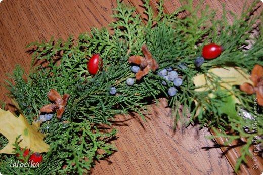 Доброго всем дня,вот решила выставить поделки в детсад на праздник Осени,немного не по сезону,но согревает душу.Выполнено из листьев клёна,настоящих яблочек и ягод шиповника. фото 3