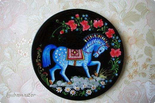 Роспись выполнена на деревянных тарелках диаметром 17 см. Краски: акрил, темпера.