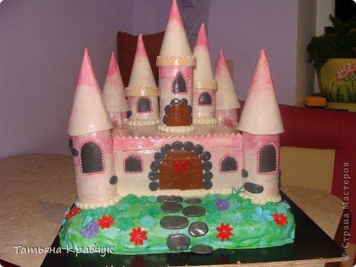 """Добрый вечер, мастерицы. Представляю на ваш суд наши мастичные тортики. Скажу сразу, что работа не моя полностью. Есть у меня подруга, печет изумительные торты. Я участвовала скажем так в украшательстве. Торт """"Замок принцессы"""" фото 1"""