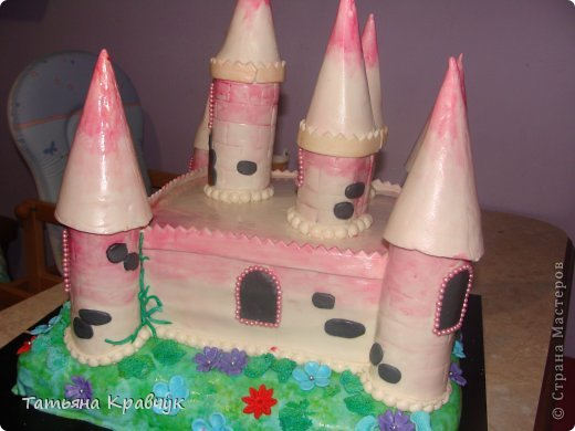 """Добрый вечер, мастерицы. Представляю на ваш суд наши мастичные тортики. Скажу сразу, что работа не моя полностью. Есть у меня подруга, печет изумительные торты. Я участвовала скажем так в украшательстве. Торт """"Замок принцессы"""" фото 3"""