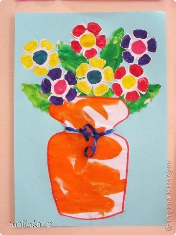 Мы сделали вот такую вазу с детками, причём она получилась совершенно спонтанно. Иногда бывает, когда вы , что-то вырезаете и остаются вырезанные кусочки, которые на , что-то похожи, так вот это наша история ... Я вырезала жирафа (он ниже расположен) и остались остатки похожие на вазу, решили её освежить и добавили цветочки (цветы отпечатывали дном от маленькой пластмассовой бутылки). Листики детки сами красили, я всё вырезала и приклеила! фото 1