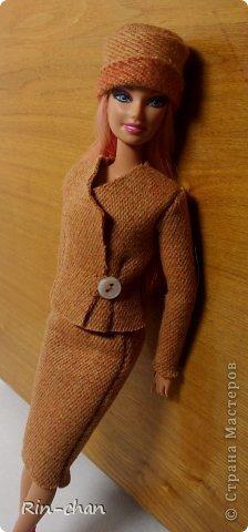 доброго времени суток. выкладываю работу на второй этап конкурса. для Саши я сшила твидовый костюм. ткань я естественно заменила, шила из драпа, надеюсь вышло похоже. личностью я выбрала Коко Шанель.  Коко́ Шане́ль (фр. Coco Chanel, настоящее имя Габриэ́ль Бонёр Шане́ль, фр. Gabrielle Bonheur Chanel; 19 августа 1883, Сомюр — 10 января 1971, Париж) — французский модельер, основавшая модный дом Chanel и оказавшая колоссальное влияние на моду XX века. Для стиля Шанель, способствовавшего модернизации женской моды, свойственно заимствование многих элементов традиционного мужского гардероба и следование принципу роскошной простоты (le luxe de la simplicité). Она принесла в женскую моду приталенный жакет и маленькое чёрное платье. Также известна своими фирменными аксессуарами и парфюмерной продукцией. Родилась в Сомюре в 1883 году, хотя утверждала, что появилась на свет в 1893 году в Оверни. Мать умерла, когда Габриель едва исполнилось двенадцать, позже её с четырьмя родными братьями и сестрами оставил отец; дети Шанель были тогда на попечении родственников и провели некоторое время в приюте. В 18 лет Габриель устроилась продавцом в магазин одежды, а в свободное время пела в кабаре. Любимыми песнями девушки были «Ko Ko Ri Ko» и «Qui qu'a vu Coco», за что ей и дали прозвище — Коко. Габриель не преуспела в качестве певицы, однако во время одного из её выступлений офицер Этьен Бальзан был очарован ею. Она переехала жить к нему в Париж, но вскоре ушла к английскому промышленнику Артуру Кэйпелу, известному в кругу друзей по кличке «Бой». Свой первый магазин она открыла в Париже в 1910 году, продавая дамские шляпы, и в течение года дом моды переместился на улицу Камбон, 31, где и находится по сей день, как раз напротив отеля «Риц». информация взята с Википедии (http://ru.wikipedia.org/wiki/%D0%A8%D0%B0%D0%BD%D0%B5%D0%BB%D1%8C,_%D0%9A%D0%BE%D0%BA%D0%BE) фото 5