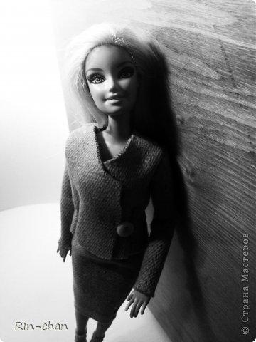 доброго времени суток. выкладываю работу на второй этап конкурса. для Саши я сшила твидовый костюм. ткань я естественно заменила, шила из драпа, надеюсь вышло похоже. личностью я выбрала Коко Шанель.  Коко́ Шане́ль (фр. Coco Chanel, настоящее имя Габриэ́ль Бонёр Шане́ль, фр. Gabrielle Bonheur Chanel; 19 августа 1883, Сомюр — 10 января 1971, Париж) — французский модельер, основавшая модный дом Chanel и оказавшая колоссальное влияние на моду XX века. Для стиля Шанель, способствовавшего модернизации женской моды, свойственно заимствование многих элементов традиционного мужского гардероба и следование принципу роскошной простоты (le luxe de la simplicité). Она принесла в женскую моду приталенный жакет и маленькое чёрное платье. Также известна своими фирменными аксессуарами и парфюмерной продукцией. Родилась в Сомюре в 1883 году, хотя утверждала, что появилась на свет в 1893 году в Оверни. Мать умерла, когда Габриель едва исполнилось двенадцать, позже её с четырьмя родными братьями и сестрами оставил отец; дети Шанель были тогда на попечении родственников и провели некоторое время в приюте. В 18 лет Габриель устроилась продавцом в магазин одежды, а в свободное время пела в кабаре. Любимыми песнями девушки были «Ko Ko Ri Ko» и «Qui qu'a vu Coco», за что ей и дали прозвище — Коко. Габриель не преуспела в качестве певицы, однако во время одного из её выступлений офицер Этьен Бальзан был очарован ею. Она переехала жить к нему в Париж, но вскоре ушла к английскому промышленнику Артуру Кэйпелу, известному в кругу друзей по кличке «Бой». Свой первый магазин она открыла в Париже в 1910 году, продавая дамские шляпы, и в течение года дом моды переместился на улицу Камбон, 31, где и находится по сей день, как раз напротив отеля «Риц». информация взята с Википедии (http://ru.wikipedia.org/wiki/%D0%A8%D0%B0%D0%BD%D0%B5%D0%BB%D1%8C,_%D0%9A%D0%BE%D0%BA%D0%BE) фото 3