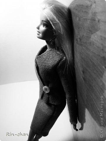 доброго времени суток. выкладываю работу на второй этап конкурса. для Саши я сшила твидовый костюм. ткань я естественно заменила, шила из драпа, надеюсь вышло похоже. личностью я выбрала Коко Шанель.  Коко́ Шане́ль (фр. Coco Chanel, настоящее имя Габриэ́ль Бонёр Шане́ль, фр. Gabrielle Bonheur Chanel; 19 августа 1883, Сомюр — 10 января 1971, Париж) — французский модельер, основавшая модный дом Chanel и оказавшая колоссальное влияние на моду XX века. Для стиля Шанель, способствовавшего модернизации женской моды, свойственно заимствование многих элементов традиционного мужского гардероба и следование принципу роскошной простоты (le luxe de la simplicité). Она принесла в женскую моду приталенный жакет и маленькое чёрное платье. Также известна своими фирменными аксессуарами и парфюмерной продукцией. Родилась в Сомюре в 1883 году, хотя утверждала, что появилась на свет в 1893 году в Оверни. Мать умерла, когда Габриель едва исполнилось двенадцать, позже её с четырьмя родными братьями и сестрами оставил отец; дети Шанель были тогда на попечении родственников и провели некоторое время в приюте. В 18 лет Габриель устроилась продавцом в магазин одежды, а в свободное время пела в кабаре. Любимыми песнями девушки были «Ko Ko Ri Ko» и «Qui qu'a vu Coco», за что ей и дали прозвище — Коко. Габриель не преуспела в качестве певицы, однако во время одного из её выступлений офицер Этьен Бальзан был очарован ею. Она переехала жить к нему в Париж, но вскоре ушла к английскому промышленнику Артуру Кэйпелу, известному в кругу друзей по кличке «Бой». Свой первый магазин она открыла в Париже в 1910 году, продавая дамские шляпы, и в течение года дом моды переместился на улицу Камбон, 31, где и находится по сей день, как раз напротив отеля «Риц». информация взята с Википедии (http://ru.wikipedia.org/wiki/%D0%A8%D0%B0%D0%BD%D0%B5%D0%BB%D1%8C,_%D0%9A%D0%BE%D0%BA%D0%BE) фото 1