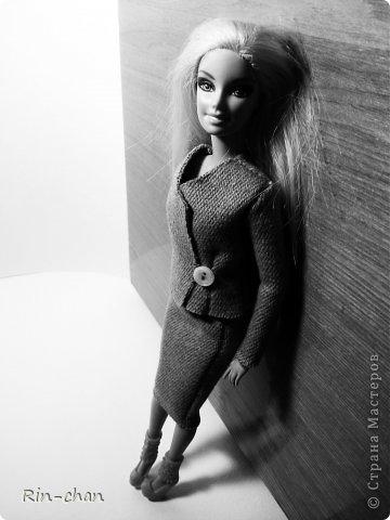 доброго времени суток. выкладываю работу на второй этап конкурса. для Саши я сшила твидовый костюм. ткань я естественно заменила, шила из драпа, надеюсь вышло похоже. личностью я выбрала Коко Шанель.  Коко́ Шане́ль (фр. Coco Chanel, настоящее имя Габриэ́ль Бонёр Шане́ль, фр. Gabrielle Bonheur Chanel; 19 августа 1883, Сомюр — 10 января 1971, Париж) — французский модельер, основавшая модный дом Chanel и оказавшая колоссальное влияние на моду XX века. Для стиля Шанель, способствовавшего модернизации женской моды, свойственно заимствование многих элементов традиционного мужского гардероба и следование принципу роскошной простоты (le luxe de la simplicité). Она принесла в женскую моду приталенный жакет и маленькое чёрное платье. Также известна своими фирменными аксессуарами и парфюмерной продукцией. Родилась в Сомюре в 1883 году, хотя утверждала, что появилась на свет в 1893 году в Оверни. Мать умерла, когда Габриель едва исполнилось двенадцать, позже её с четырьмя родными братьями и сестрами оставил отец; дети Шанель были тогда на попечении родственников и провели некоторое время в приюте. В 18 лет Габриель устроилась продавцом в магазин одежды, а в свободное время пела в кабаре. Любимыми песнями девушки были «Ko Ko Ri Ko» и «Qui qu'a vu Coco», за что ей и дали прозвище — Коко. Габриель не преуспела в качестве певицы, однако во время одного из её выступлений офицер Этьен Бальзан был очарован ею. Она переехала жить к нему в Париж, но вскоре ушла к английскому промышленнику Артуру Кэйпелу, известному в кругу друзей по кличке «Бой». Свой первый магазин она открыла в Париже в 1910 году, продавая дамские шляпы, и в течение года дом моды переместился на улицу Камбон, 31, где и находится по сей день, как раз напротив отеля «Риц». информация взята с Википедии (http://ru.wikipedia.org/wiki/%D0%A8%D0%B0%D0%BD%D0%B5%D0%BB%D1%8C,_%D0%9A%D0%BE%D0%BA%D0%BE) фото 2