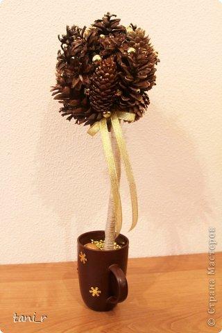 Новогоднее дерево из шишек фото 1