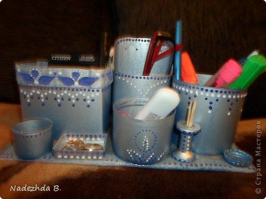 Материал: коробка из под молока, баночка из под ватных палочек, баночка из под шампуня, крышки от лака для волос и аптечный мерный стаканчик. Покрасила балончиками синим и матовым серым, затем гуашью на ходу придумывала рисунок точками. фото 6