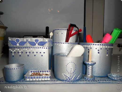 Материал: коробка из под молока, баночка из под ватных палочек, баночка из под шампуня, крышки от лака для волос и аптечный мерный стаканчик. Покрасила балончиками синим и матовым серым, затем гуашью на ходу придумывала рисунок точками. фото 1