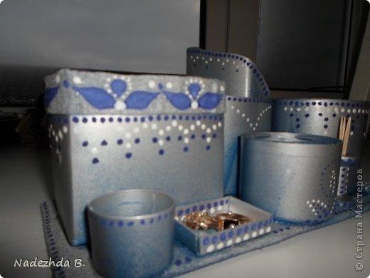 Материал: коробка из под молока, баночка из под ватных палочек, баночка из под шампуня, крышки от лака для волос и аптечный мерный стаканчик. Покрасила балончиками синим и матовым серым, затем гуашью на ходу придумывала рисунок точками. фото 2