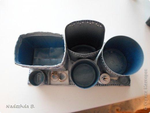 Материал: коробка из под молока, баночка из под ватных палочек, баночка из под шампуня, крышки от лака для волос и аптечный мерный стаканчик. Покрасила балончиками синим и матовым серым, затем гуашью на ходу придумывала рисунок точками. фото 5