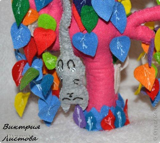 """Здравствуйте, друзья! Как вы заметили, я начала радовать вас новыми деревьями из фетра. Они целиком и полностью придуманы мной: выкройка. листики и цвет и размер)) Очень многие интересовались как я делаю их, особенно """"Дерево любви"""" http://stranamasterov.ru/node/700782 На примере вот этого радужного чуда, я покажу от начала и до конца как я его сотворила...Если вы захотите сделать именно """"Дерево любви"""", то разноцветные листики замените на сердечки.=) фото 31"""