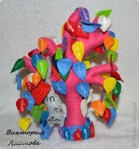 """Здравствуйте, друзья! Как вы заметили, я начала радовать вас новыми деревьями из фетра. Они целиком и полностью придуманы мной: выкройка. листики и цвет и размер)) Очень многие интересовались как я делаю их, особенно """"Дерево любви"""" http://stranamasterov.ru/node/700782 На примере вот этого радужного чуда, я покажу от начала и до конца как я его сотворила...Если вы захотите сделать именно """"Дерево любви"""", то разноцветные листики замените на сердечки.=) фото 1"""