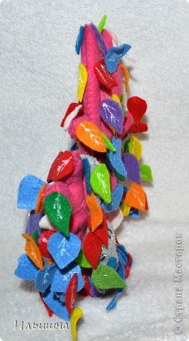 """Здравствуйте, друзья! Как вы заметили, я начала радовать вас новыми деревьями из фетра. Они целиком и полностью придуманы мной: выкройка. листики и цвет и размер)) Очень многие интересовались как я делаю их, особенно """"Дерево любви"""" http://stranamasterov.ru/node/700782 На примере вот этого радужного чуда, я покажу от начала и до конца как я его сотворила...Если вы захотите сделать именно """"Дерево любви"""", то разноцветные листики замените на сердечки.=) фото 33"""