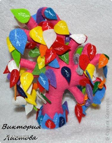 """Здравствуйте, друзья! Как вы заметили, я начала радовать вас новыми деревьями из фетра. Они целиком и полностью придуманы мной: выкройка. листики и цвет и размер)) Очень многие интересовались как я делаю их, особенно """"Дерево любви"""" http://stranamasterov.ru/node/700782 На примере вот этого радужного чуда, я покажу от начала и до конца как я его сотворила...Если вы захотите сделать именно """"Дерево любви"""", то разноцветные листики замените на сердечки.=) фото 34"""