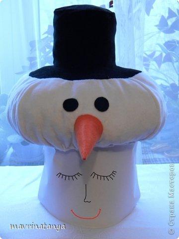 """Здравствуйте! К сожалению, уже прошла подготовительная суета накануне Нового года, закончились детские утренники и карнавалы. Немного с опозданием (извините, было много работы) выставляю мастер-класс по созданию новогоднего головного убора """"Снеговик"""". Он может быть самостоятельным изделием или идти в комплекте к карнавальному костюму. Такой головной убор будет всегда актуален.  Для изготовления данного изделия нам потребуются: - ткань на трикотажной основе, эластичная (в данном случае, велюр) двух цветов: белая - для головы снеговика, черная - для шляпы; - фетр (толщиной не более 1 мм) двух цветов: оранжевый - для носа-морковки, черный - для глаз; - бязь или ситец белого цвета в качестве подкладочного материала; - холофайбер в шариках - для набивки изделия; - резинка - шириной 0,5-0,7 см, длиной 52-54 см; - нитки для шитья. фото 1"""