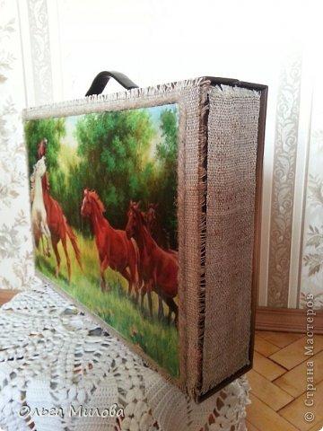Девочки, дорогие мои, здравствуйте! Вот исполнилась моя мечта... Сделала я чемоданчик с лошадками! Картинка распечатана в формате А3, на лазерном принтере. Приклеила на канву. Лошадки лежали уже давно, все руки не доходили... Да и чемоданчик, в котором лежат распечатанные картинки, выглядел тоскливо...  В таких чемоданчиках продается постельное белье. Но теперь здесь все мои сокровища... И птички, и картинки цветов, и т. д. и т.п... фото 6