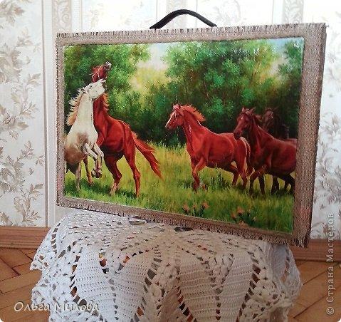 Девочки, дорогие мои, здравствуйте! Вот исполнилась моя мечта... Сделала я чемоданчик с лошадками! Картинка распечатана в формате А3, на лазерном принтере. Приклеила на канву. Лошадки лежали уже давно, все руки не доходили... Да и чемоданчик, в котором лежат распечатанные картинки, выглядел тоскливо...  В таких чемоданчиках продается постельное белье. Но теперь здесь все мои сокровища... И птички, и картинки цветов, и т. д. и т.п... фото 5