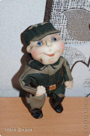 Вот такой пухленький солдатик. В основе оболочка от киндер-сюрприза, ручки и ножки - проволока.