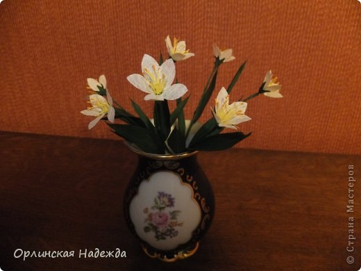 Добрый день любимая Страна! Сегодня я к Вам с повторюшками цветочков. Цветы увидела у замечательной мастерицы Татьяны ( Сапфир )  https://stranamasterov.ru/node/452732, очень понравились, попробовала тоже сделать, но у меня нет кристальной бумаги, поэтому я сделала из простой гофрированной. Татьяна, огромное Вам спасибо за Ваше творчество.  Уезжала надолго в гости к внукам, а когда вернулась, всё никак не могла настроится на творческую волну и решила пока попробовать свои силы вот в таких маленьких пробных цветочках.   Цветы нам дарят настроенье, И пробуждают вдохновенье, Как символ чистой красоты, Ведь очень трудно без мечты!  И остаётся прочно с нами, Всё то, что связано с цветами, В них растворились краски звёзд, И мир любви без мук и слёз!   Стихи Марка Львовского фото 2