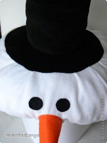 """Здравствуйте! К сожалению, уже прошла подготовительная суета накануне Нового года, закончились детские утренники и карнавалы. Немного с опозданием (извините, было много работы) выставляю мастер-класс по созданию новогоднего головного убора """"Снеговик"""". Он может быть самостоятельным изделием или идти в комплекте к карнавальному костюму. Такой головной убор будет всегда актуален.  Для изготовления данного изделия нам потребуются: - ткань на трикотажной основе, эластичная (в данном случае, велюр) двух цветов: белая - для головы снеговика, черная - для шляпы; - фетр (толщиной не более 1 мм) двух цветов: оранжевый - для носа-морковки, черный - для глаз; - бязь или ситец белого цвета в качестве подкладочного материала; - холофайбер в шариках - для набивки изделия; - резинка - шириной 0,5-0,7 см, длиной 52-54 см; - нитки для шитья. фото 28"""