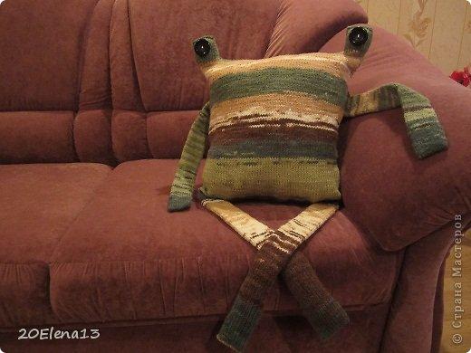 Добрый вечер, мастера и мастерицы! Сегодня закончила вот такую диванную подушку - неведому зверушку. Несколько фотографий вашему вниманию. Внук доволен. Усаживал ее и так, и эдак. фото 1