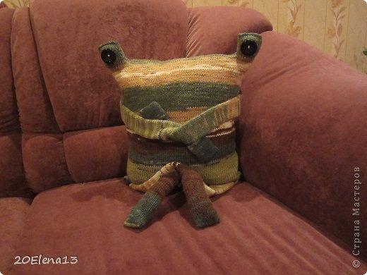Добрый вечер, мастера и мастерицы! Сегодня закончила вот такую диванную подушку - неведому зверушку. Несколько фотографий вашему вниманию. Внук доволен. Усаживал ее и так, и эдак. фото 3