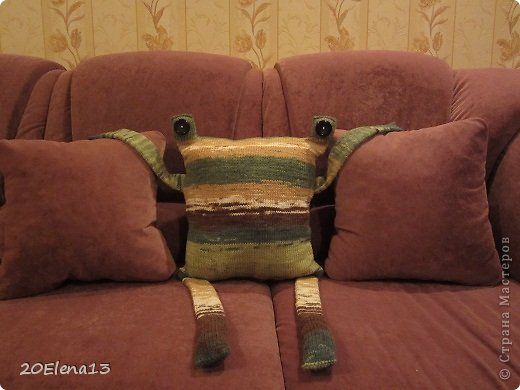 Добрый вечер, мастера и мастерицы! Сегодня закончила вот такую диванную подушку - неведому зверушку. Несколько фотографий вашему вниманию. Внук доволен. Усаживал ее и так, и эдак. фото 5