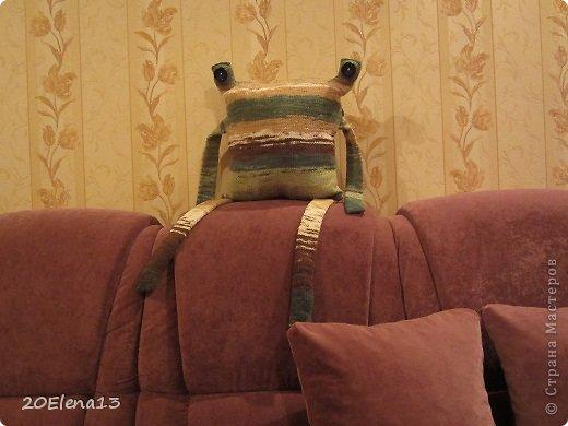 Добрый вечер, мастера и мастерицы! Сегодня закончила вот такую диванную подушку - неведому зверушку. Несколько фотографий вашему вниманию. Внук доволен. Усаживал ее и так, и эдак. фото 6