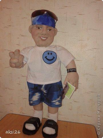 Вот такую куклу я сшила на заказ, кукла портретная, получилась очень похоже. Но к сожалению у меня нет согласия хозяина куклы на показ фотографии, поэтому пока кукла позирует одна.  Куклу заберут только завтра- это будет подарок. Домашним очень понравилась!!! Да и я к нему уже привыкла, даже отдавать жалко!!!!