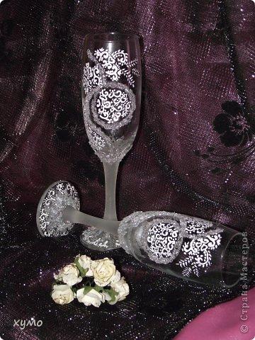 """И снова свадебное.Новые бокальчики,которые назвала """"Нежность"""".Первый раз использовала на ножке аэрозоль KRYLON Замороженное стекло.Подскажите как реагирует он на мытье.Я еще свои мыть не пробовала. Вот мои бокальчики на черном фоне. фото 1"""