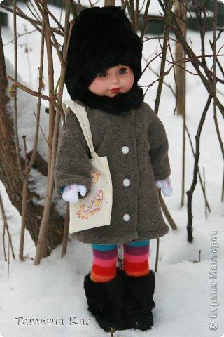 Наконец- то выпал снег и наступили морозы. Решили мы с девочками утеплить нашу куклу, что бы ей было не холодно на прогулке. И появились у куклы новые теплые вещи: пальто, шапка, сапоги, колготки, варежки и эко-сумка. фото 1