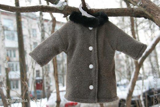 Наконец- то выпал снег и наступили морозы. Решили мы с девочками утеплить нашу куклу, что бы ей было не холодно на прогулке. И появились у куклы новые теплые вещи: пальто, шапка, сапоги, колготки, варежки и эко-сумка. фото 2