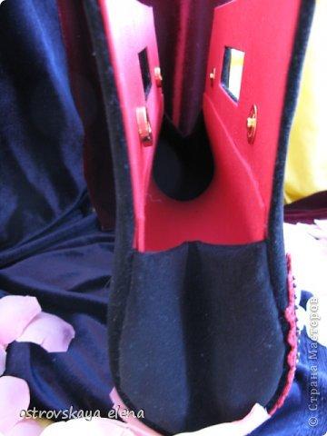 """Показываю Вам сегодня опять мои работы в технике """"картонаж"""". Это: сумочка-клатч и опять коробочка-книжка. Сумочка-клатч. Использовала картон 1мм., ткань бархат черный, хлопок красный, декорирована элементами, связанными крючком в технике брюгских кружев и бисером. фото 11"""