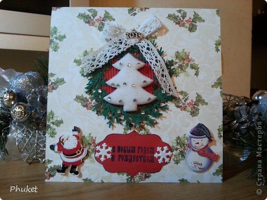 """""""Белая елочка""""  Открытка выполненная в технике кардмейкинг. Белая словно укрытая снегом елочка украшена стразами. На свету так и светится.  Объемные Снеговик и дед Мороз радуются вместе с нами ярким и добрым праздникам.  фото 1"""
