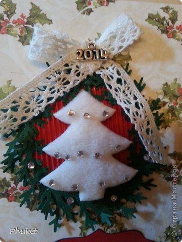 """""""Белая елочка""""  Открытка выполненная в технике кардмейкинг. Белая словно укрытая снегом елочка украшена стразами. На свету так и светится.  Объемные Снеговик и дед Мороз радуются вместе с нами ярким и добрым праздникам.  фото 2"""