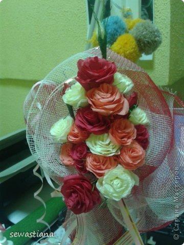 У меня всегда в вазе стояли живые цветы...но наступила зима и ничего на клумбах не растет... и я подумала сделать себе букет из креповой бумаги, роза за розой и вот что получилось. фото 1