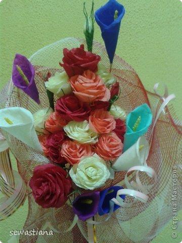 У меня всегда в вазе стояли живые цветы...но наступила зима и ничего на клумбах не растет... и я подумала сделать себе букет из креповой бумаги, роза за розой и вот что получилось. фото 2