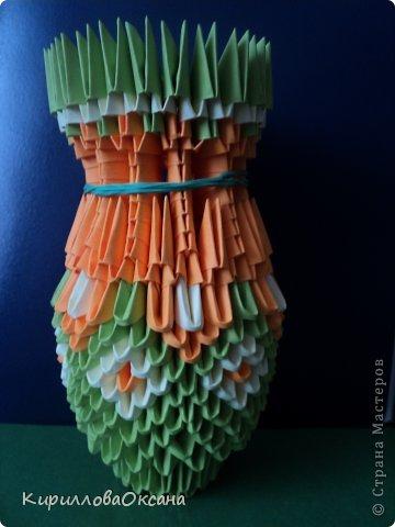 Вот и моя ваза мастер-класс Так как я клею каждую модель, то поставила синею резинку для формулировки вверха вазы, как только она высохнет клей резинку нужно убрать фото 1