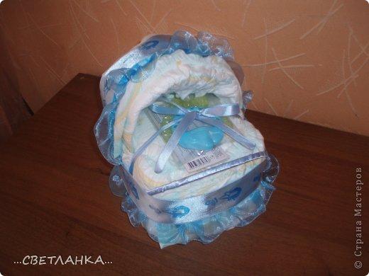 сделана полностью из памперсов, украшена ленточкой собранной в сборку и атласной тесьмой с изображением аиста))) фото 1