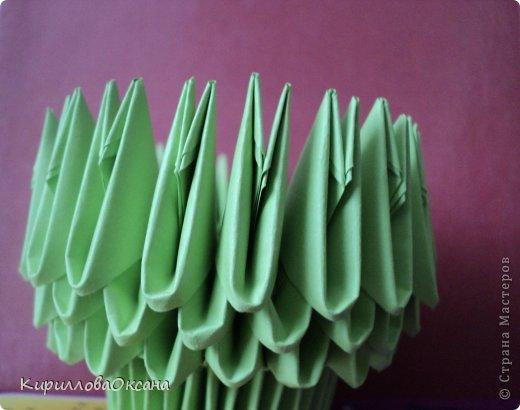 Вот и моя ваза мастер-класс Так как я клею каждую модель, то поставила синею резинку для формулировки вверха вазы, как только она высохнет клей резинку нужно убрать фото 5