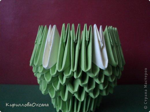 Вот и моя ваза мастер-класс Так как я клею каждую модель, то поставила синею резинку для формулировки вверха вазы, как только она высохнет клей резинку нужно убрать фото 7