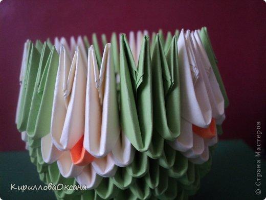 Вот и моя ваза мастер-класс Так как я клею каждую модель, то поставила синею резинку для формулировки вверха вазы, как только она высохнет клей резинку нужно убрать фото 10