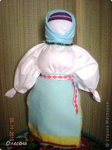 """Началось это увлечение с того, что моя знакомая попросила помочь сделать кукол традиционных. Я почитала про них, посмотрела процесс и загорелась, тем более техника несложная вовсе))) При создании записи не знала, что выбрать и указала """"ШИТЬЁ"""", хотя куклы создаются без использования иглы (за исключением некоторой одежды, точнее украшений на ней) Забавушка, моя первая локтевая кукла. На ней я училась создавать кукол-мотанок. Теперь она живет у меня в доме и иногда играет с моей младшей дочкой))) фото 1"""