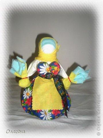 """Началось это увлечение с того, что моя знакомая попросила помочь сделать кукол традиционных. Я почитала про них, посмотрела процесс и загорелась, тем более техника несложная вовсе))) При создании записи не знала, что выбрать и указала """"ШИТЬЁ"""", хотя куклы создаются без использования иглы (за исключением некоторой одежды, точнее украшений на ней) Забавушка, моя первая локтевая кукла. На ней я училась создавать кукол-мотанок. Теперь она живет у меня в доме и иногда играет с моей младшей дочкой))) фото 6"""
